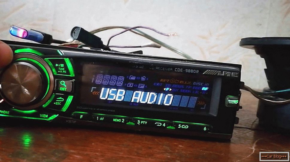 DIN – radio/CD/MP3 audio sistem sa 6 ugrađenih zvučnika, USB + 3,5.